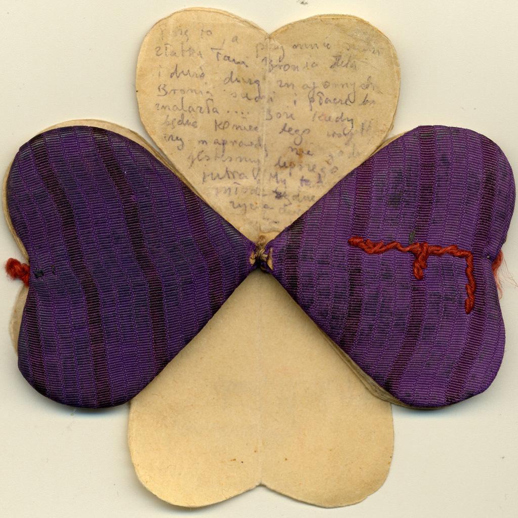 Vue ouverte sur le Coeur d'Auschwitz. Carnet en forme de coeur, Auschwitz, Pologne, 1944.