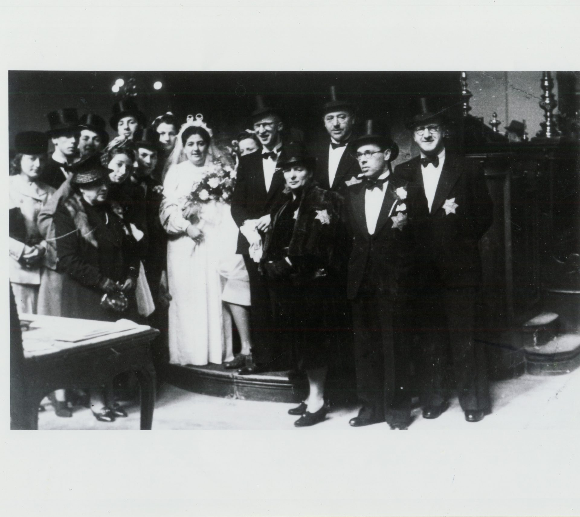 Photo of the wedding of Herman Leeuw and Annie Pais, with their families present, 1942. Despite everything, the Jews continued to live as normally as possible.