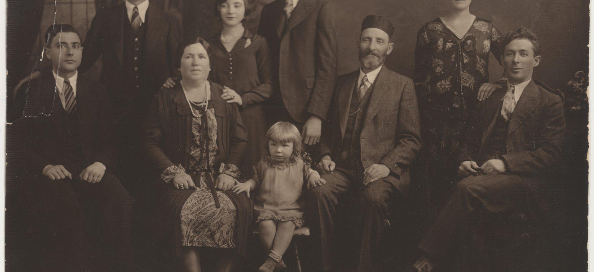 Photo d'avant le génocide des Juifs(Holocauste), d'une famille,, c. 1924