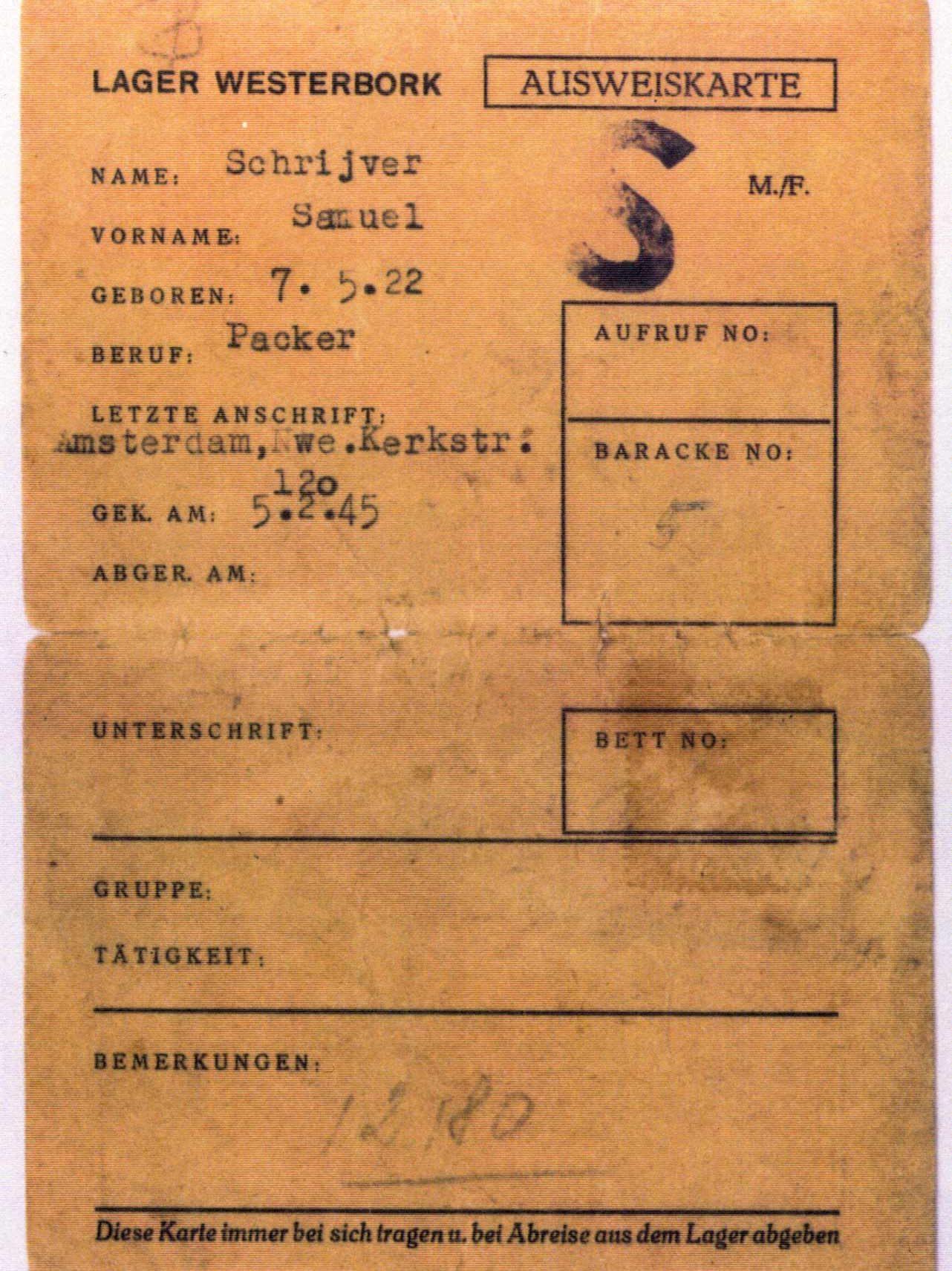 Carte d'identité de Samuel Schriver dans le camp de Westerbork. Le « S » signifie qu'il est emprisonné pour avoir commis un crime (prisonnier de droit commun, pénal). Schryver reçoit cette lettre, car il a été pris à résister aux autorités.