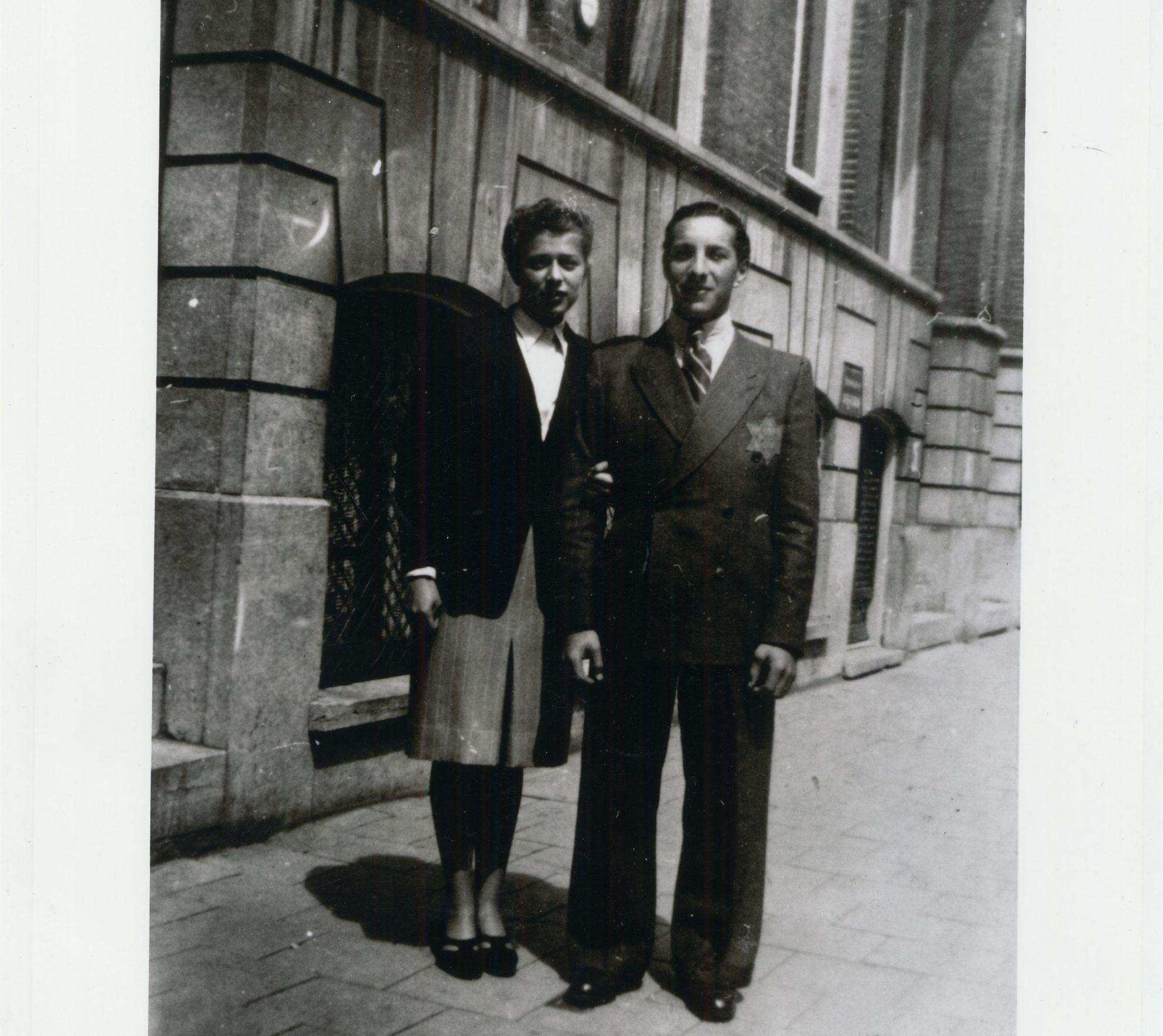 Photo de Samuel Schryver et sa fiancée Jetty De Leeuw posant dans le quartier juif d'Amsterdam en 1943. L'étoile jaune est visible sur l'habit du jeune homme.