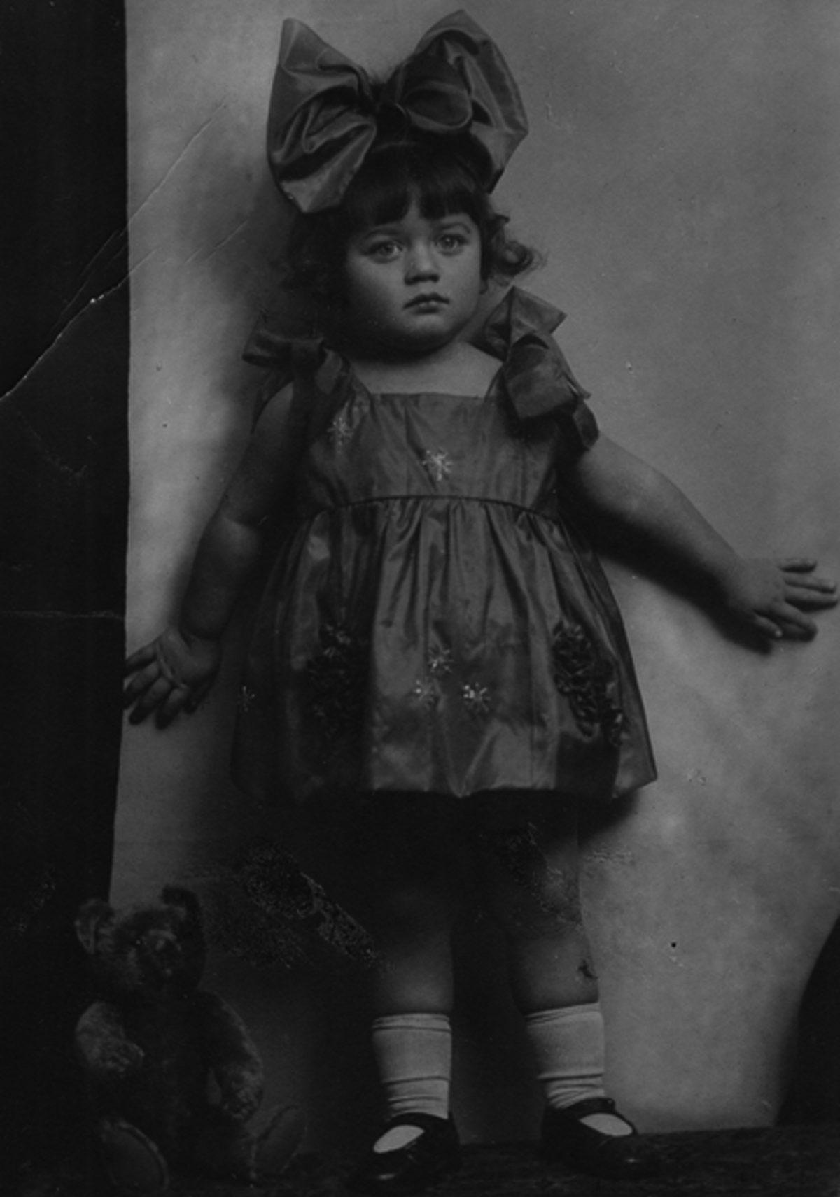 Erika Urbach avec son ourson, Pologne, 1927.