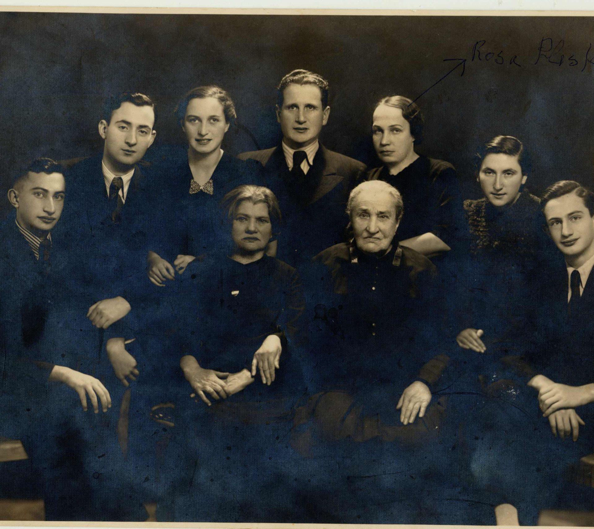 Portrait de famille pris en 1938. Le mari de Rosa, Mordechai Pliskin est au centre,  Rosa se trouve à sa gauche.