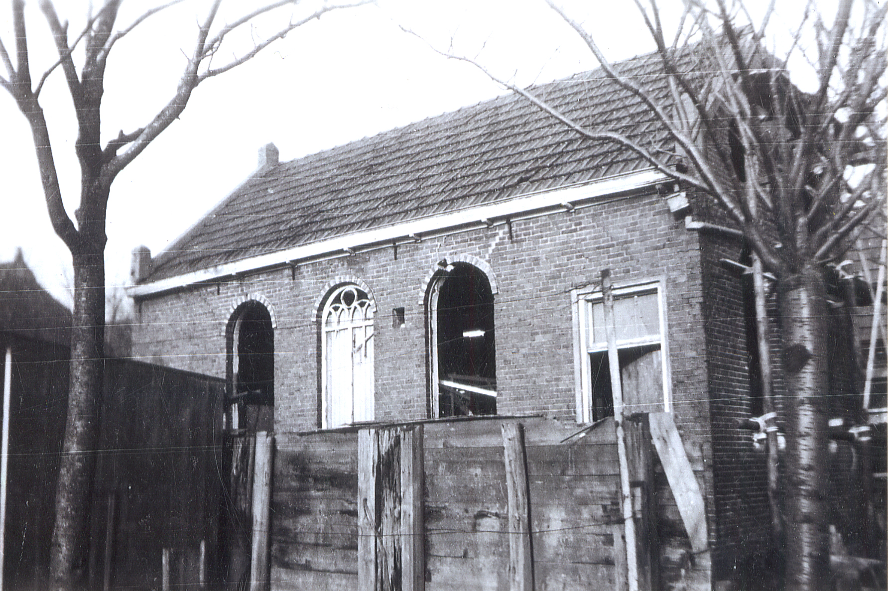 Leens' synagogue, photographed in 1945. The windows were vandalised during the Nazi occupation of the Netherlands.