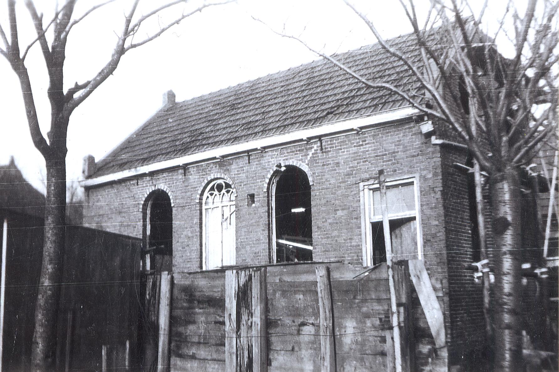 La synagogue de la ville de Leens photographiée vers 1945. Les fenêtres ont été vandalisées pendant l'occupation allemande des Pays-Bas.