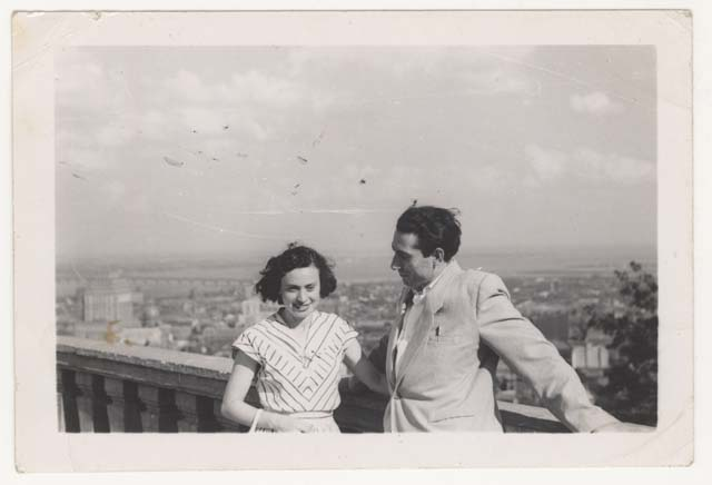 Tola et Avrum Feigenbaum at the Mount Royal Belvedere, Montreal, 1951