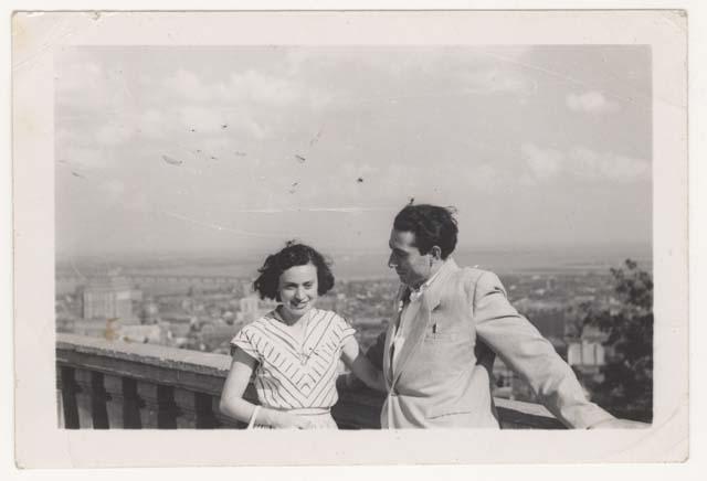 Tola et Avrum Feigenbaum au belvédère du Mont-Royal, Montréal,  en 1951.