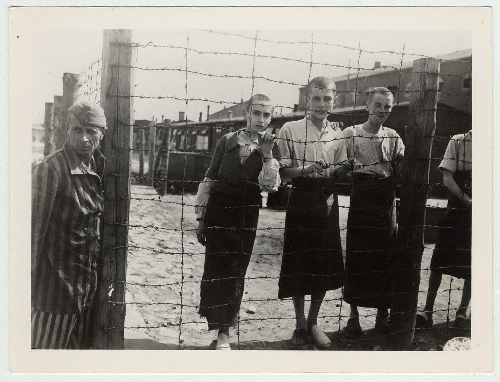 Enfants survivants à la libération du camp de concentration du Buchenwald. Avril 1945