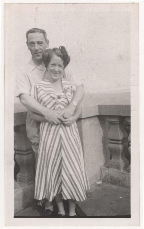 Nathan Cytryn et sa seconde femme photographiés au belvédère du Mont-Royal à Montréal.