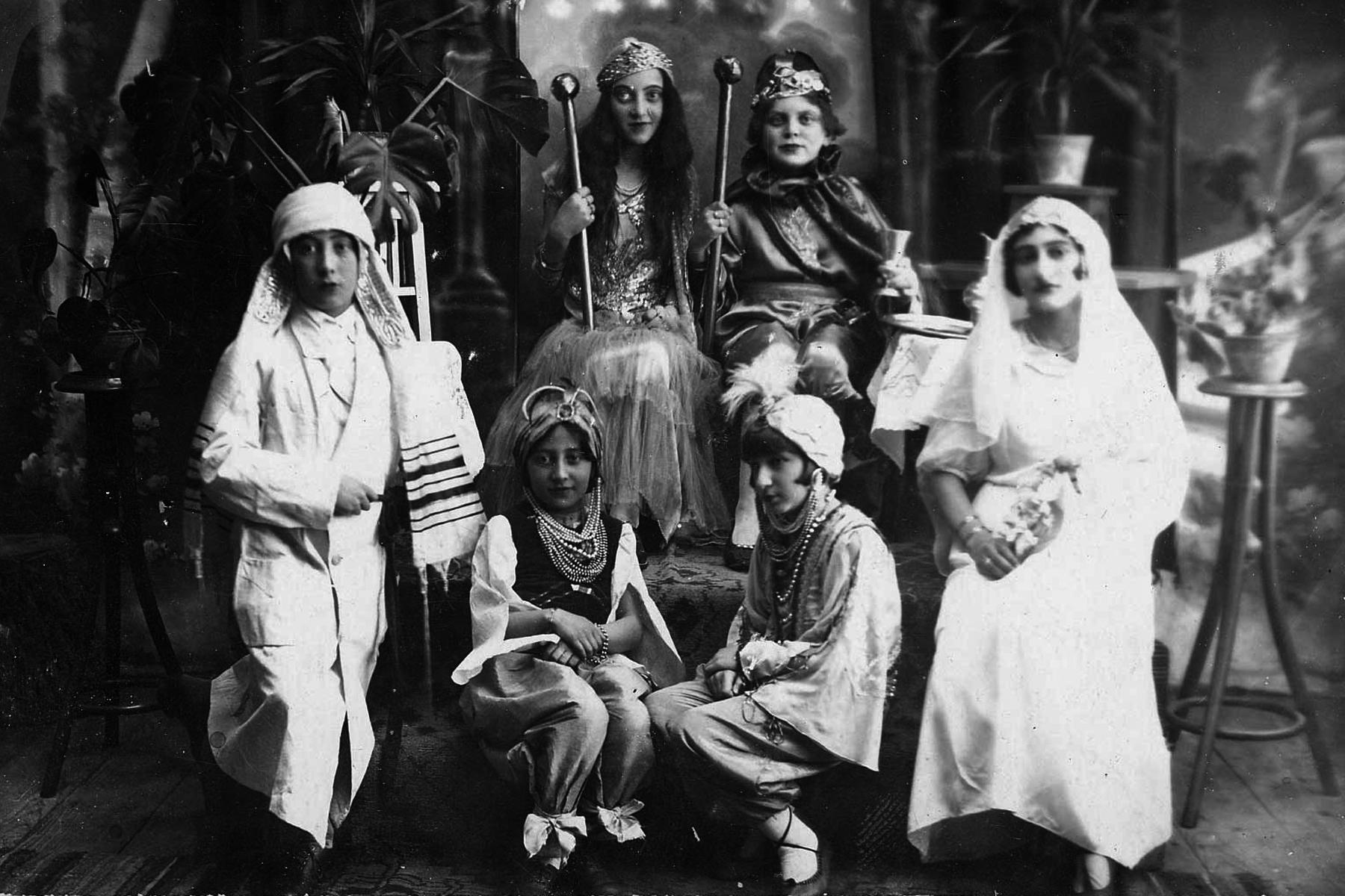 Acteurs d'une pièce de théâtre à l'occasion de Pourim à Chorostkow, Pologne, 1934.