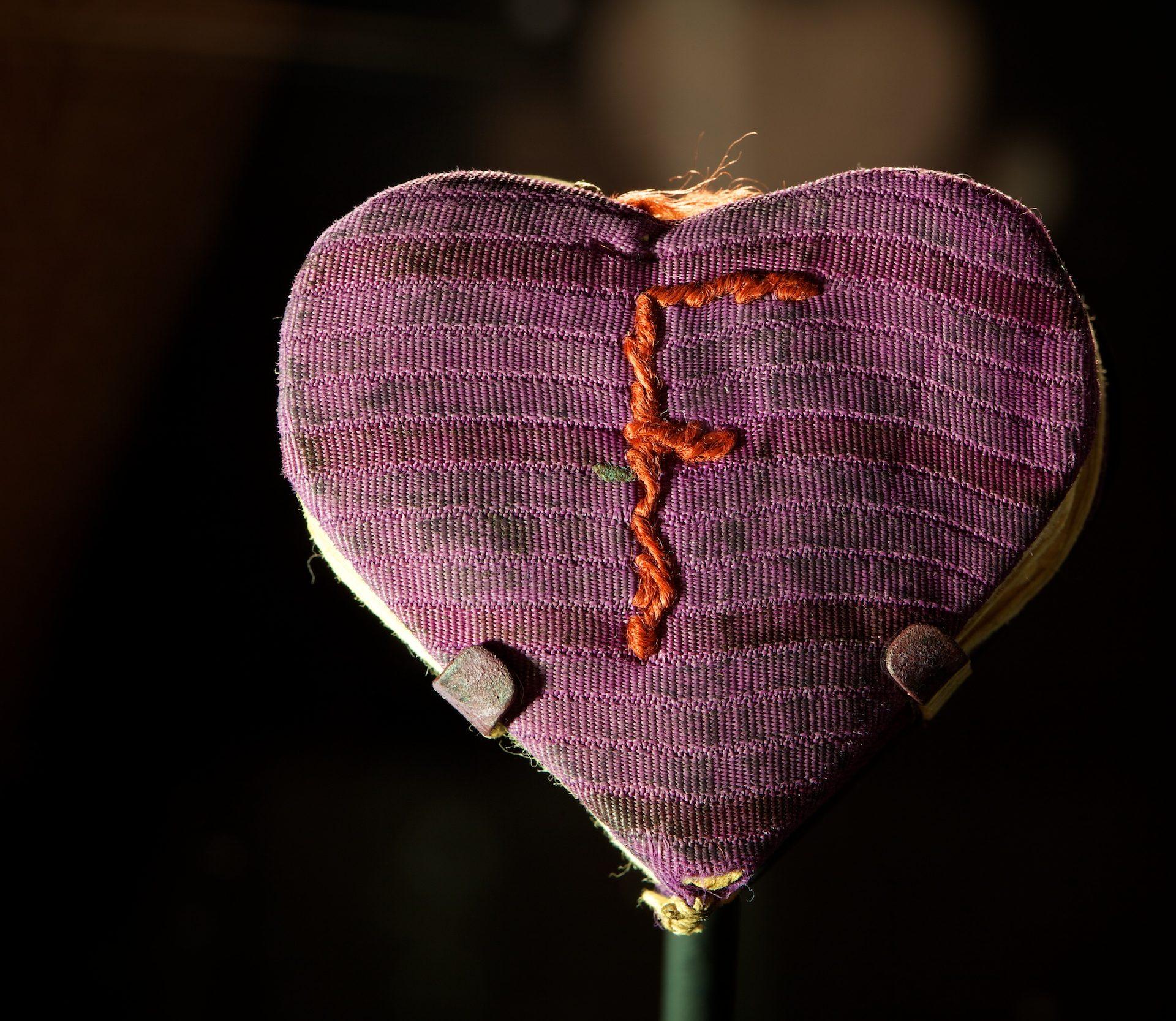 Ce carnet en forme de coeur est une carte de souhaits offerte à Fania Fainer pour son 20e anniversaire, le 12 décembre 1944, lorsqu'elle était à Auschwitz. Photo: Vadim Daniel