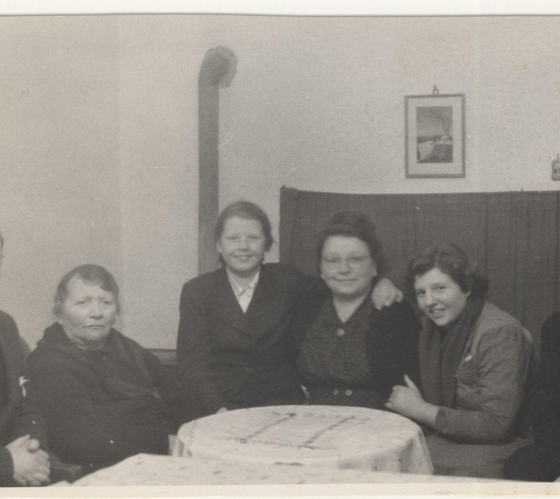 Sur cette photo prise à Berlin avant leur immigration au Canada, Herbert est complètement à gauche, et Karen est la troisième à partir de la gauche.