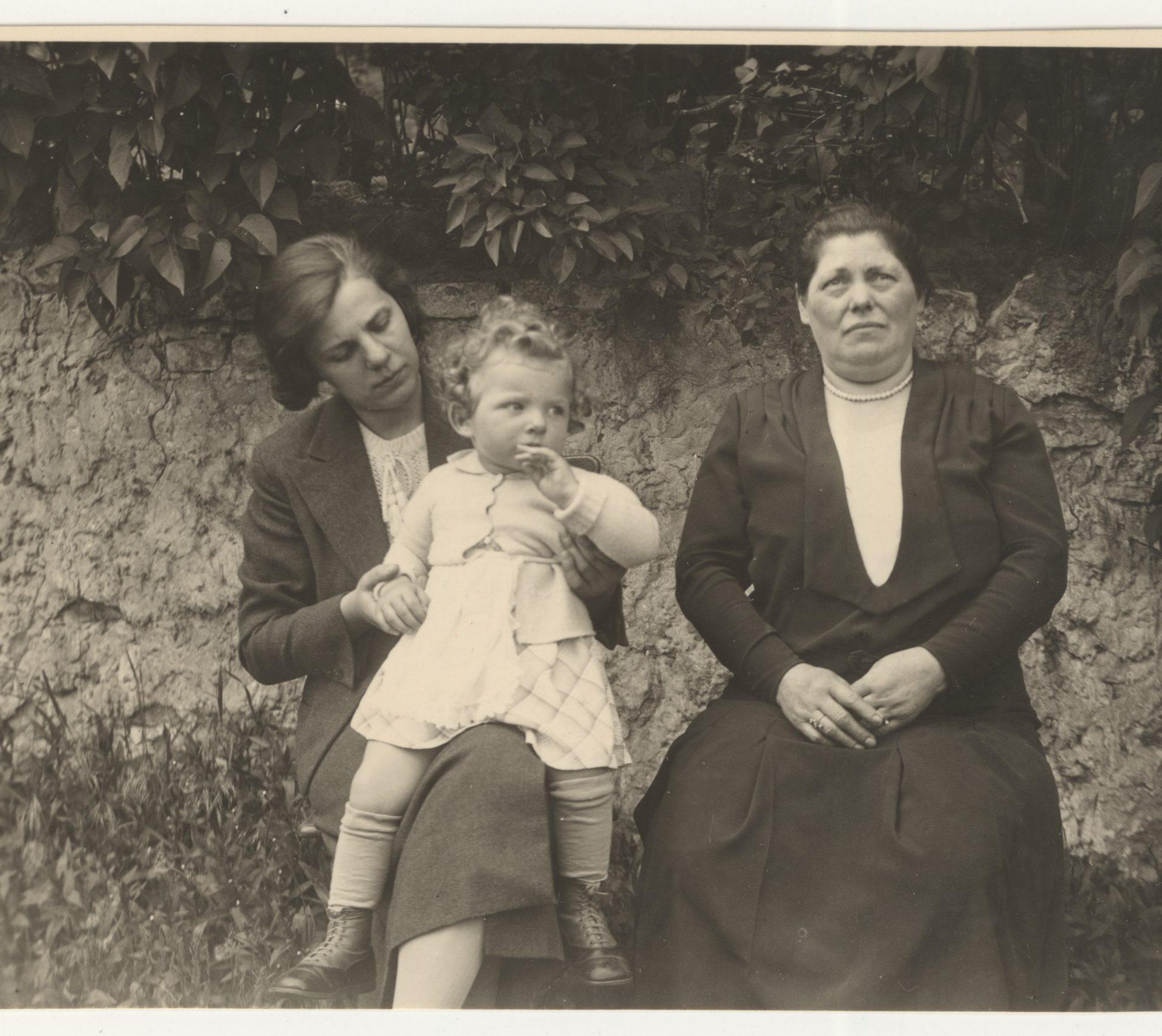 Erika tient Karen sur ses genoux, sa mère Berta est assise à leur gauche. Cette photo a été prise à Berlin en 1936.