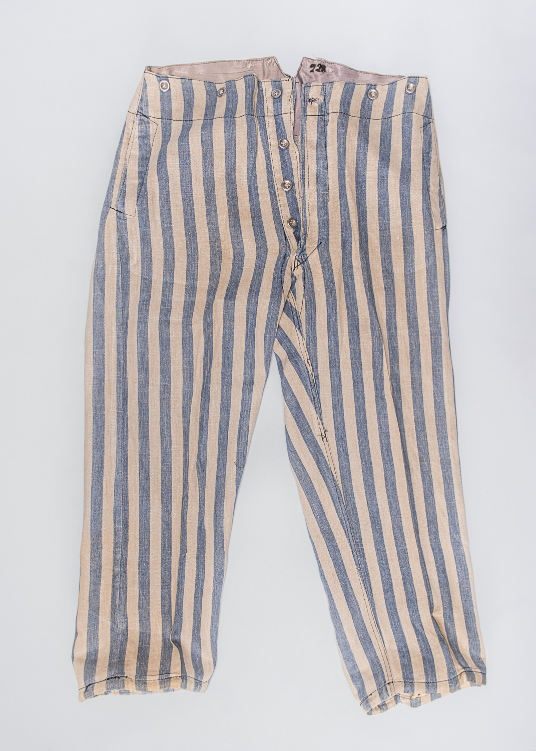 Pantalon de l'uniforme de prisonnier du camp de concentration d'Auschwitz Birkenau ayant appartenu à Louis Miller. (Photo : Peter Berra)