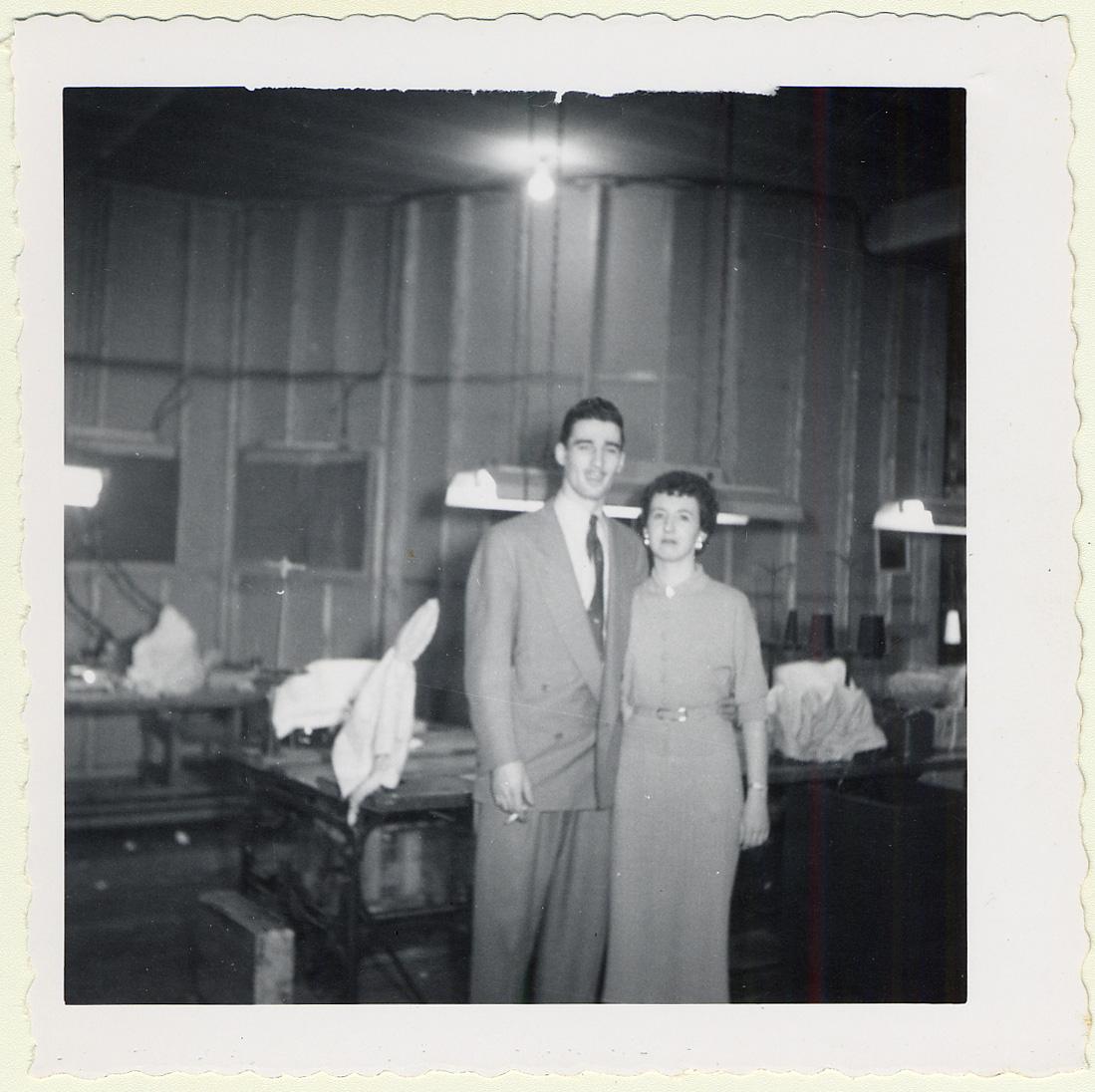 Portrait de Sara Witel Winterfeldt et d'Oscar Morsten à Shanghai dans le café où ils se sont rencontrés et mariés en avril 1943.