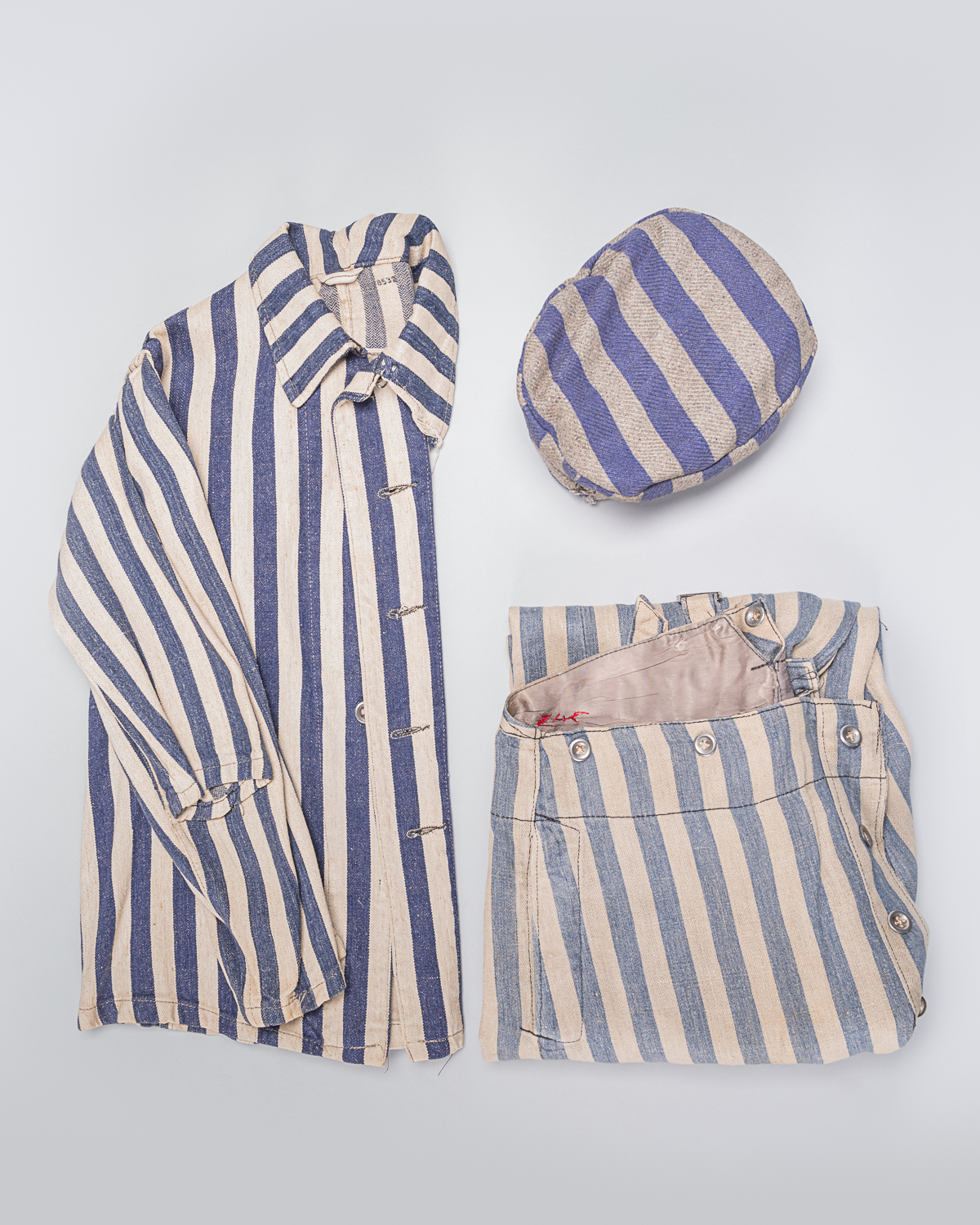 This 3-pieces uniform, easily identifiable by its blue and white vertical stripes, belonged to Louis Miller, a former prisoner of the Auschwitz-Birkenau concentration camp. (Photo: Peter Berra)