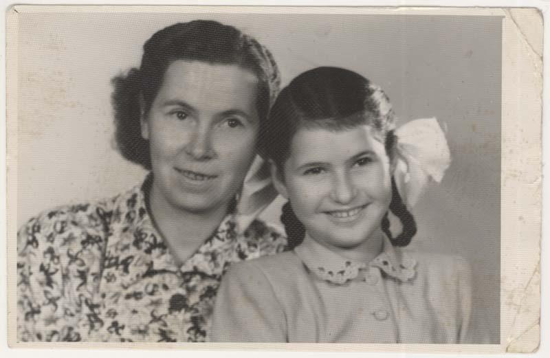 Cette photo de Daisy et d'Antonia a été prise en Hongrie en 1951 alors que celle-ci visite Daisy qui habite avec ses tantes.