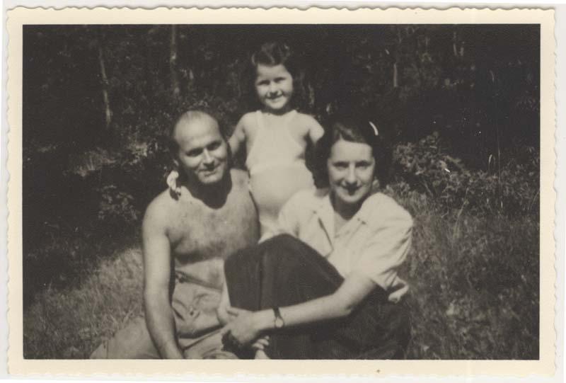 Daisy et ses parents, Alexander et Olga Leier, photographiés vers 1942. Les parents de Daisy ont été tués pendant l'Holocauste.