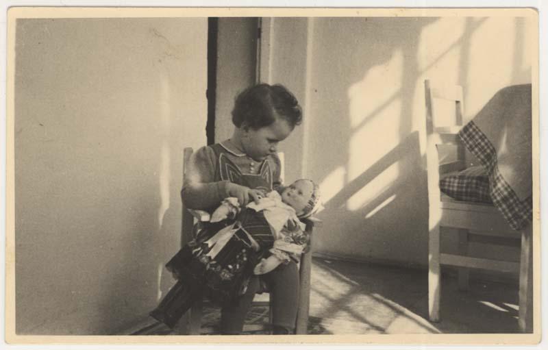 Daisy tenant sa poupée Toniška, vers 1941.