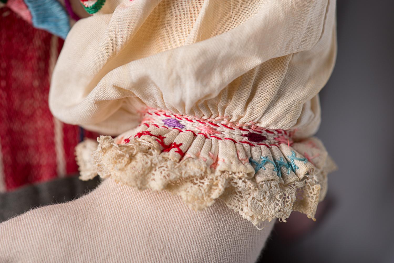 La poupée et ses vêtements ont été faits à la main par la domestique de la famille de Daisy. (Photo : Peter Berra)
