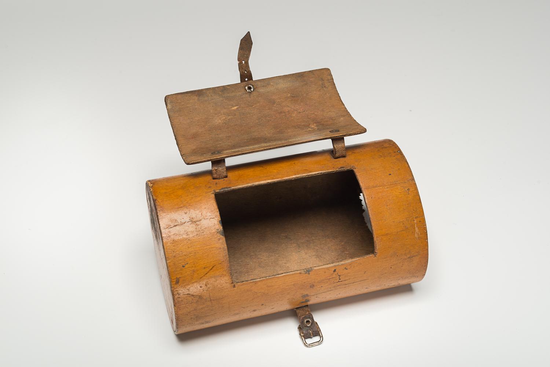 Cette boîte à lunch en bois se ferme à l'aide d'un panneau et d'attaches en cuir.  (Photo : Peter Berra)