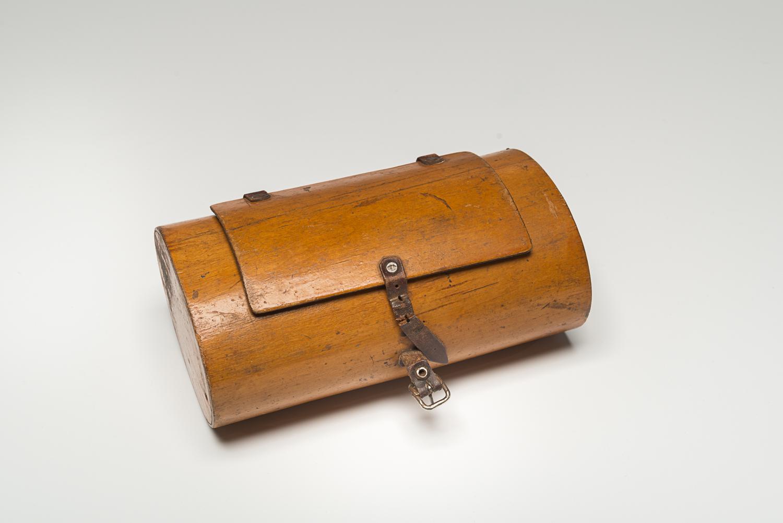 Cette boîte à lunch appartenait à Ariye Smolnik qui l'amenait à l'école avant la guerre. (Photo : Peter Berra)