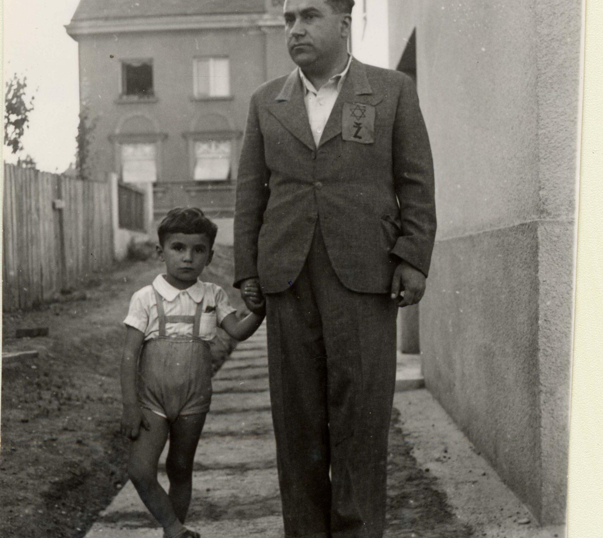 Emil Svarc et son père Djuro en 1941. Son père porte un badge jaune avec un Z pour Zidov, ''Juif'' en croate.
