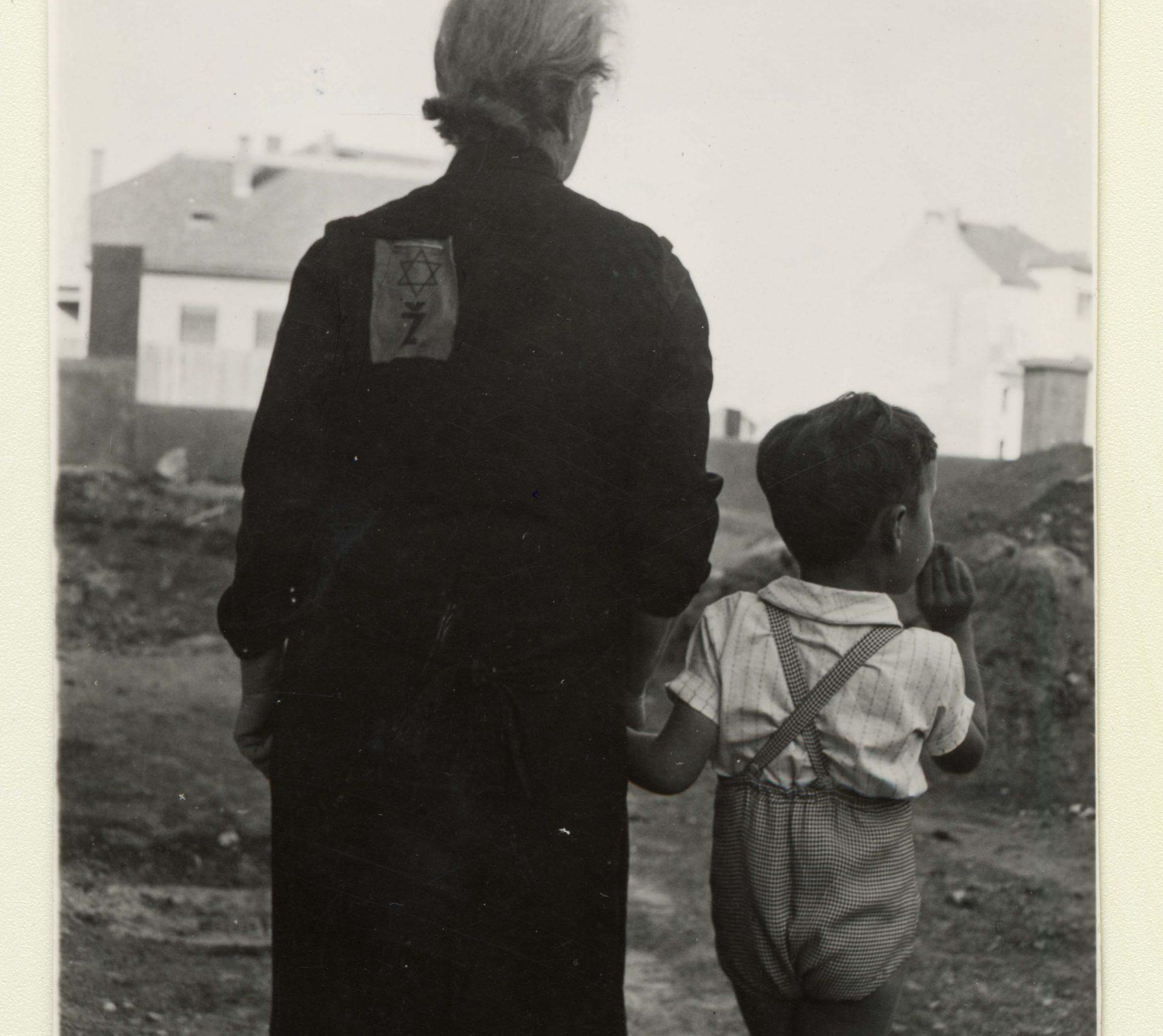 Emil Svarc et sa grand-mère, de dos, qui porte le badge d'identification obligatoire pour les Juifs croates sur sa robe.