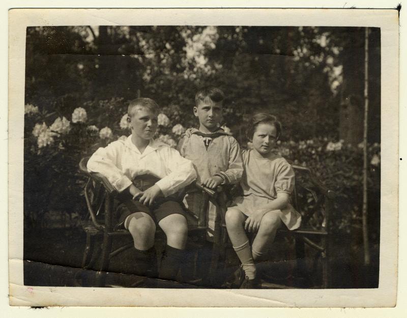 Gerhart Maass (au centre) avec son frère, Herbert, et sa sœur, Lisa, dans les années 1920. Ils ont tous trois survécu à l'Holocauste grâce aux efforts de leurs parents de leur trouver des postes à l'étranger. Gerhart immigre au Canada en 1938. Herbert part étudier en Angleterre en 1934,  de même que Lisa en 1936.