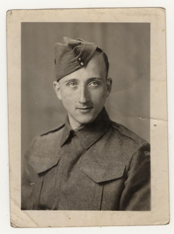Gerhart Maass en uniforme de l'armée canadienne. Il s'est enrôlé en 1942.