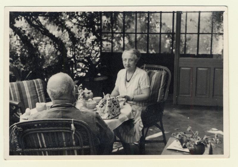Käthe et Adolf Maass dans le jardin de leur maison de Hambourg lors de la dernière visite de Gerhart en 1938.