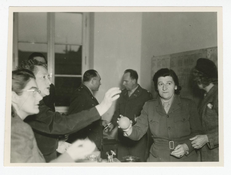 Marie Malachowski dans une salle de réunion à Munich, qui se situe dans la zone américaine de l'Allemagne divisée.