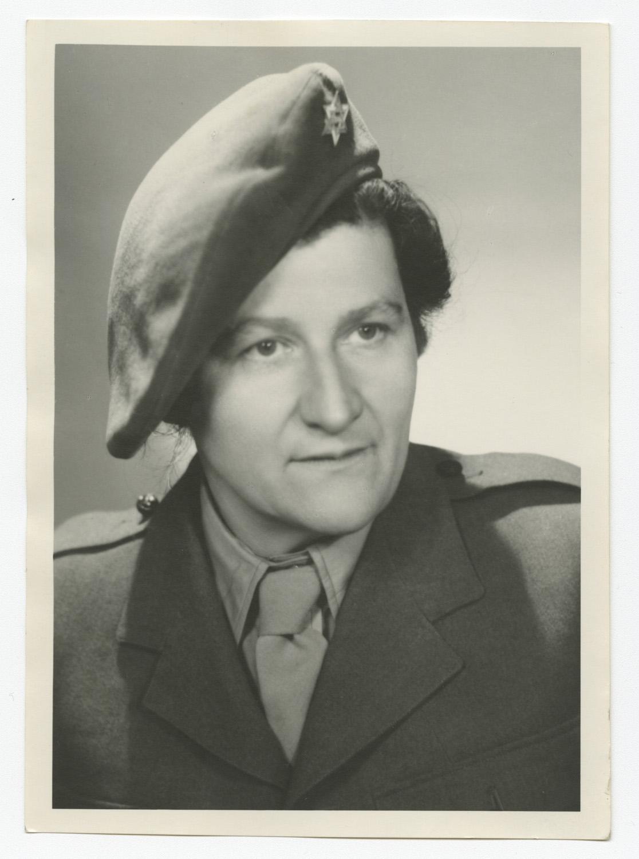 Marie Malachowski est photographiée en uniforme de l'armée britannique après la guerre.