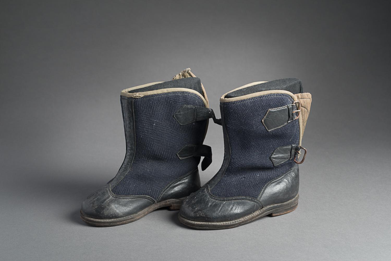 Ces bottes pour bébé ont été fabriquées pour Max Beer lorsqu'il était enfant. (Photo : Peter Berra)