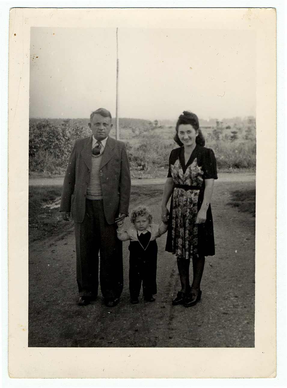 Une photographie de Max Beer et de ses parents dans le camp de personnes déplacées de Pocking en 1948.