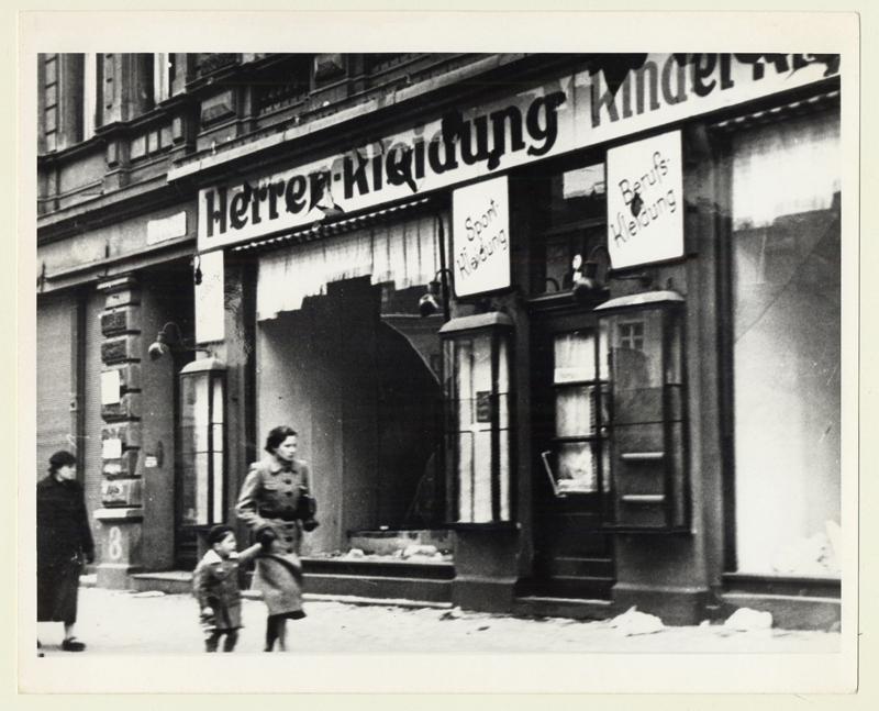 Ces photographies ont été prises le 11 novembre 1938 à Magdebourg, en Allemagne.