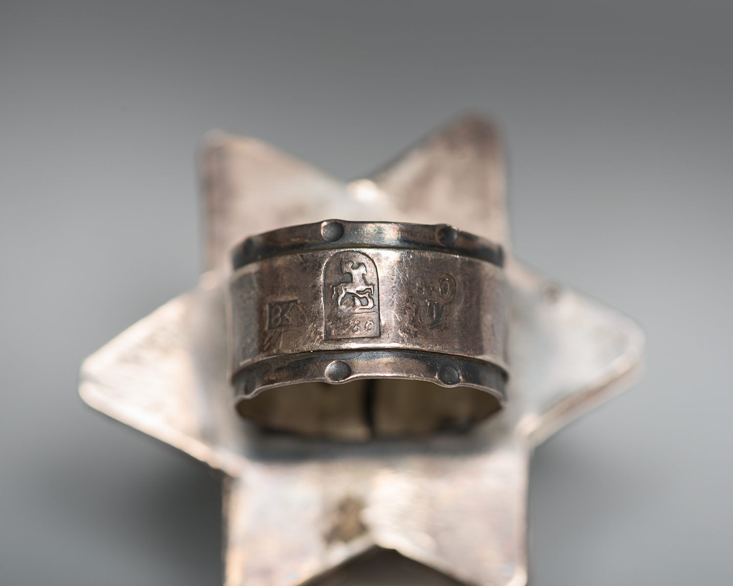 A coat of arms is engraved underneath the ring.