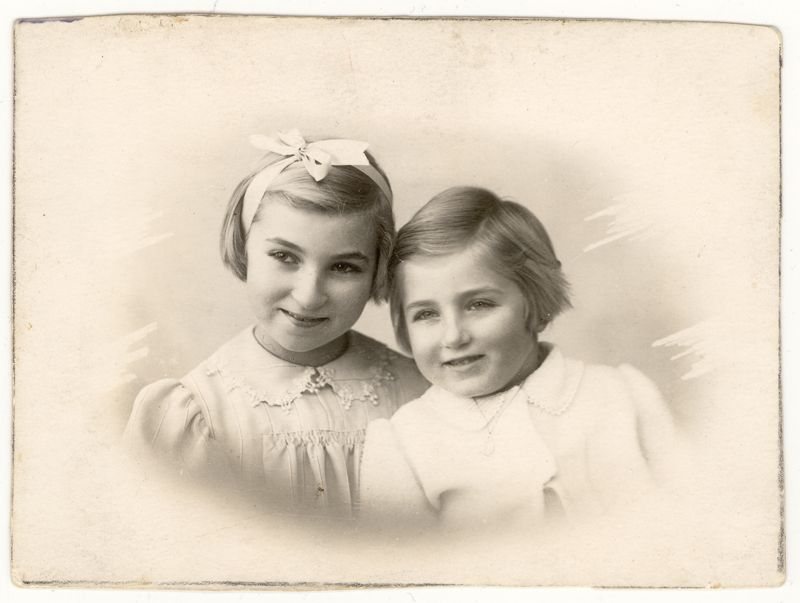 LSisters Celinka (right) and Elzbieta Zilberbogen (left) in 1938.
