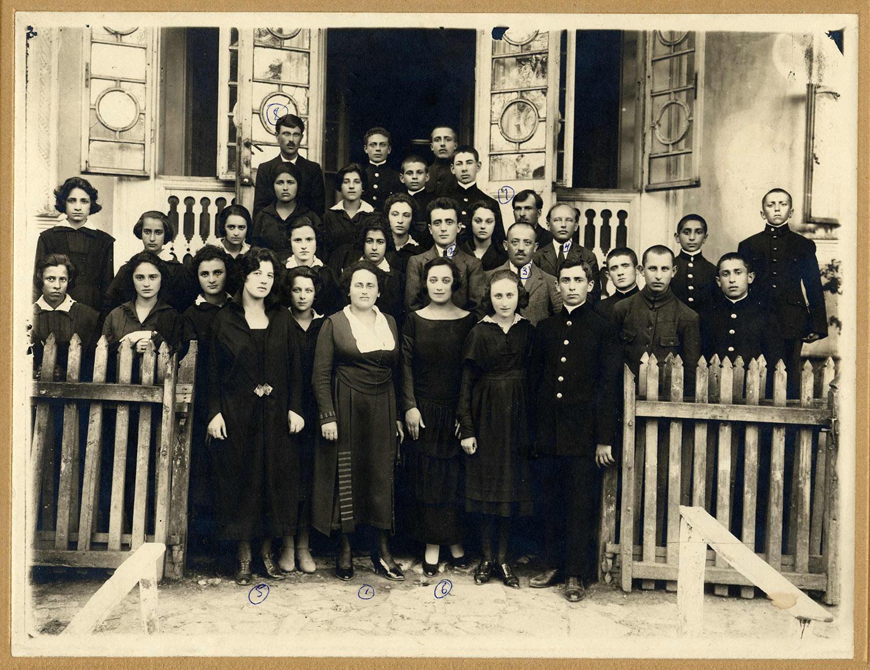 Groupe de finissants de l'école secondaire juive de Lipcani, Moldavie, en 1926. Ginda Rosenblatt, portant le collet blanc au centre, est la directrice de l'école et professeure d'hygiène.