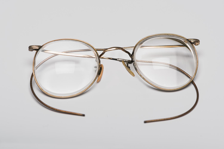 Ces lunettes rondes au contour doré ont appartenu à Edith Reh. Elle les a cachées dans sa main à chacune des sélections dans les camps de concentration nazis. (Photo : Peter Berra)