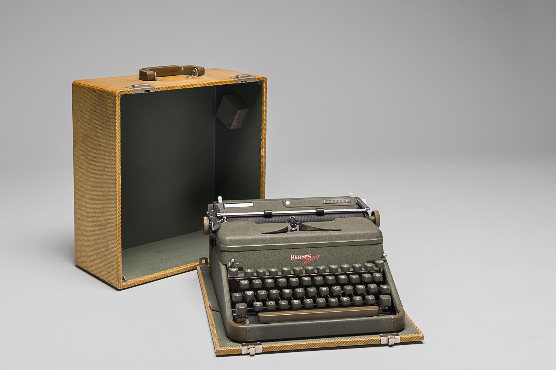 Machine à écrire ayant appartenu à Eliezer Basch qui l'a utilisée pour écrire ses mémoires après la guerre. Elle se range dans un boîtier jaune. (Photo : Peter Berra)
