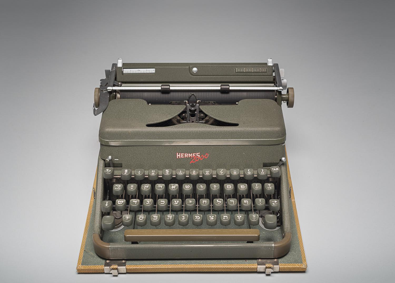 Cette machine à écrire de la marque Hermes 2000 possède des caractères de l'alphabet hébreu. (Photo : Peter Berra)