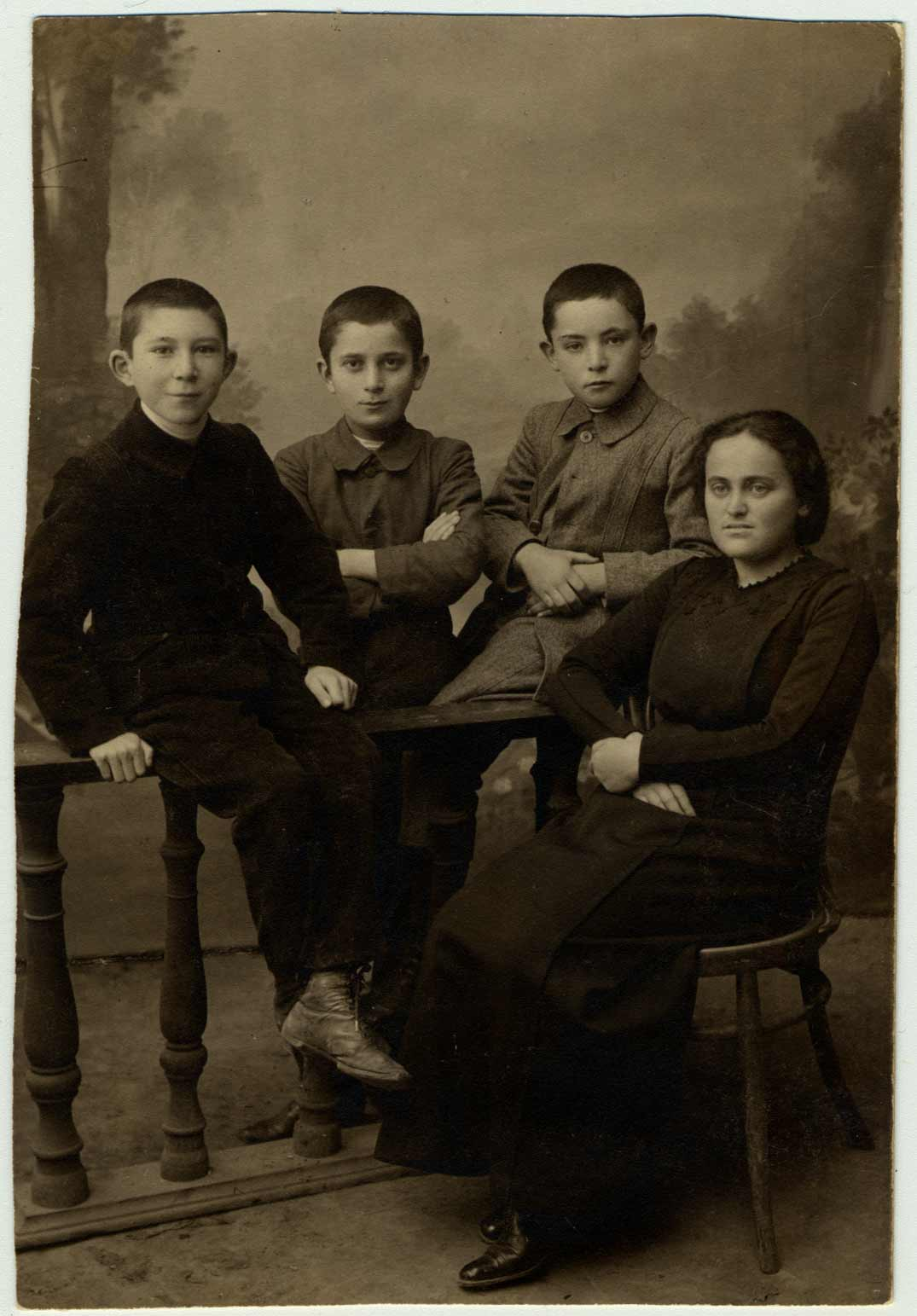 Ginda Rosenblatt est photographiée avec trois étudiants à Kiev.