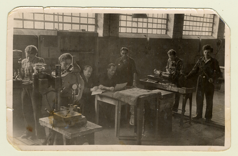 A mechanical engineering class in Bergen-Belsen DP-Camp under the supervision of Kopel Orner in 1947.