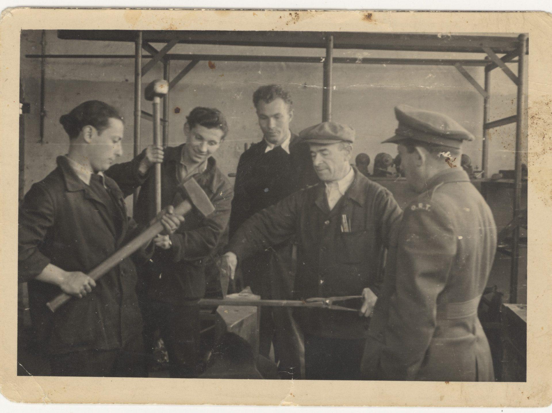 Photographie d'hommes en train de suivre un cours d'ingénierie mécanique au camp de personnes déplacées de Bergen-Belsen en 1947.
