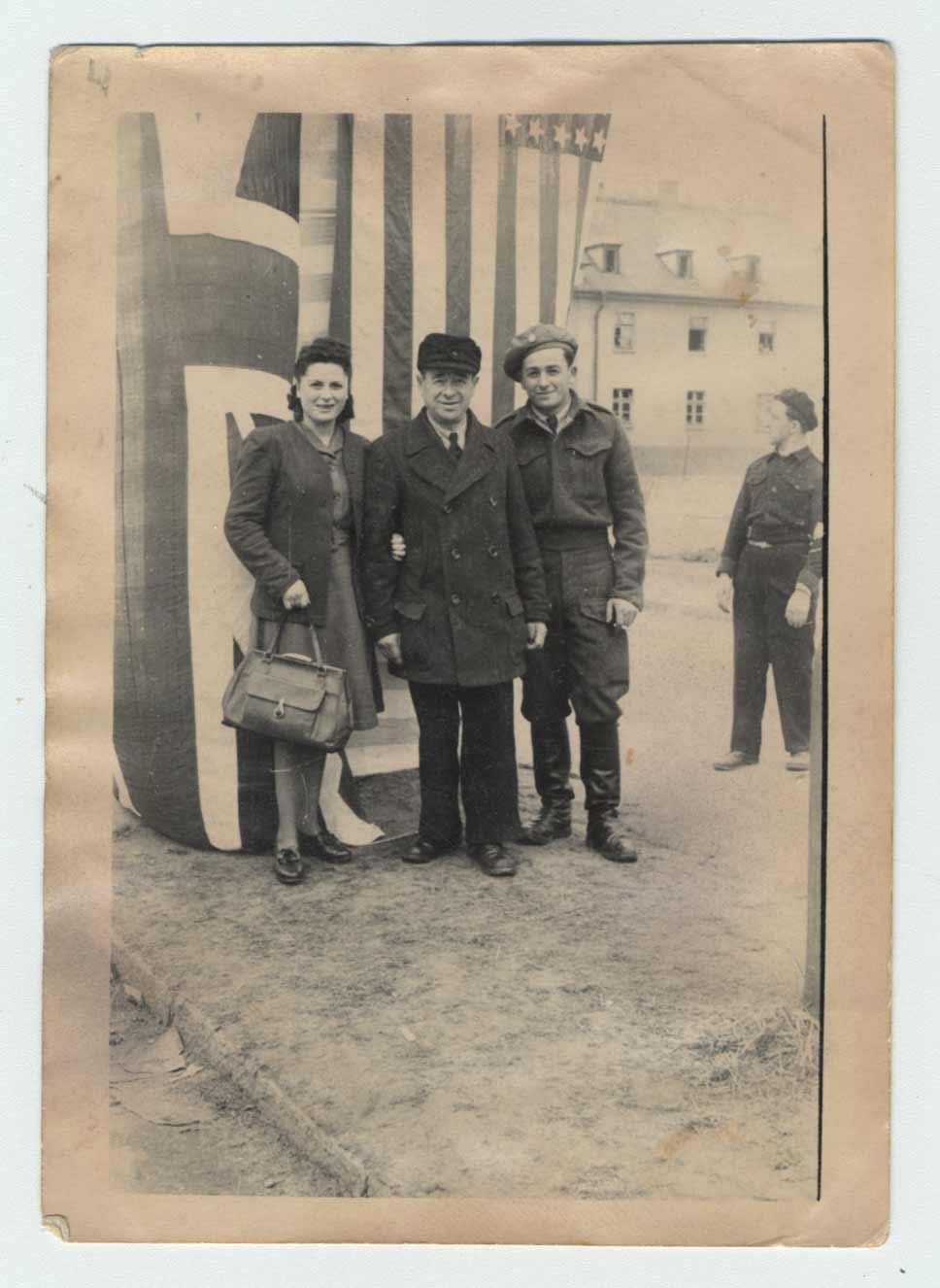 Sara Ostrzega, son père Kopel et son frère Israel photographiés lors de la journée commémorative de la libération au camp de personnes déplacées de Bergen-Belsen en 1947.