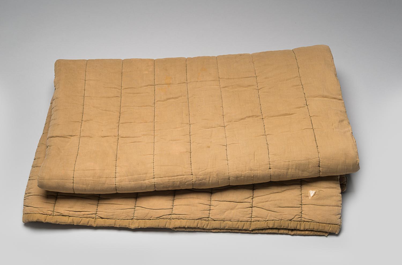 Max Appelboom est déporté au camp de Bergen-Belsen en 1943, puis à celui d'Auschwitz, où il reçoit cette couverture. Max conserve cette couverture avec lui lors de ses déportations ainsi que lors d'une marche de la mort. (Photo : Peter Berra)