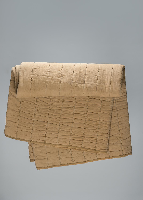 Cette large couverture beige matelassée provient du camp de concentration d'Auschwitz-Birkenau. Elle a été remise à Marcus (Max) Appelboom lorsqu'il y était détenu. (Photo : Peter Berra)