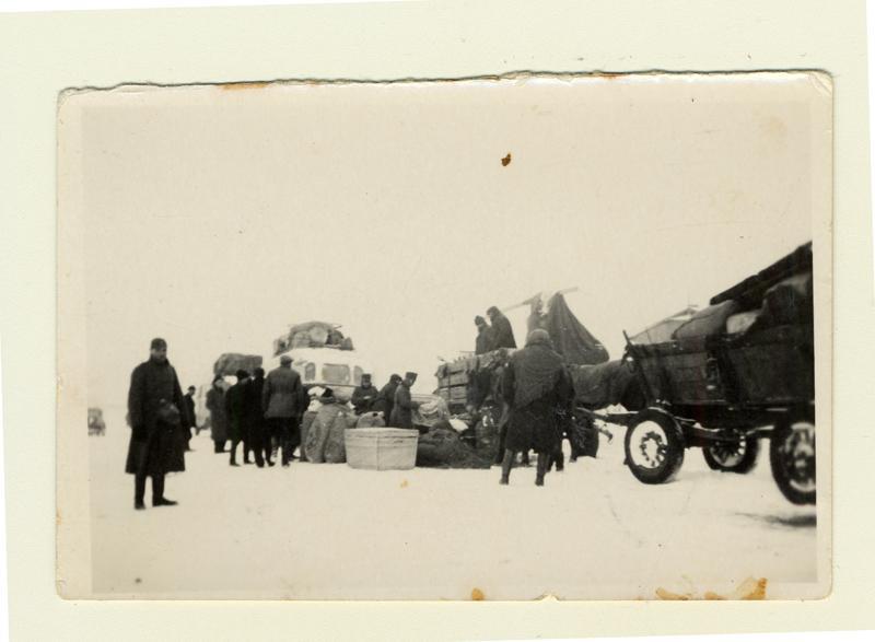 Photographie probablement prise dans le ghetto de Lodz vers 1944. À l'arrière-plan se trouvent des wagons à bestiaux dans lesquels sont entassés les Juifs pour la déportation.