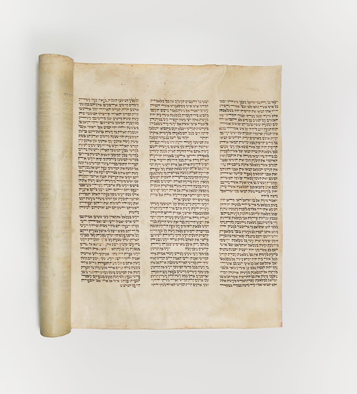Morceau d'un rouleau de la Torah que Mauricy Kopelman a acheté à un vendeur de nourriture. Celui-ci utilisait le rouleau pour couvrir sa marchandise et la protéger de la pluie. (Photo : Peter Berra)